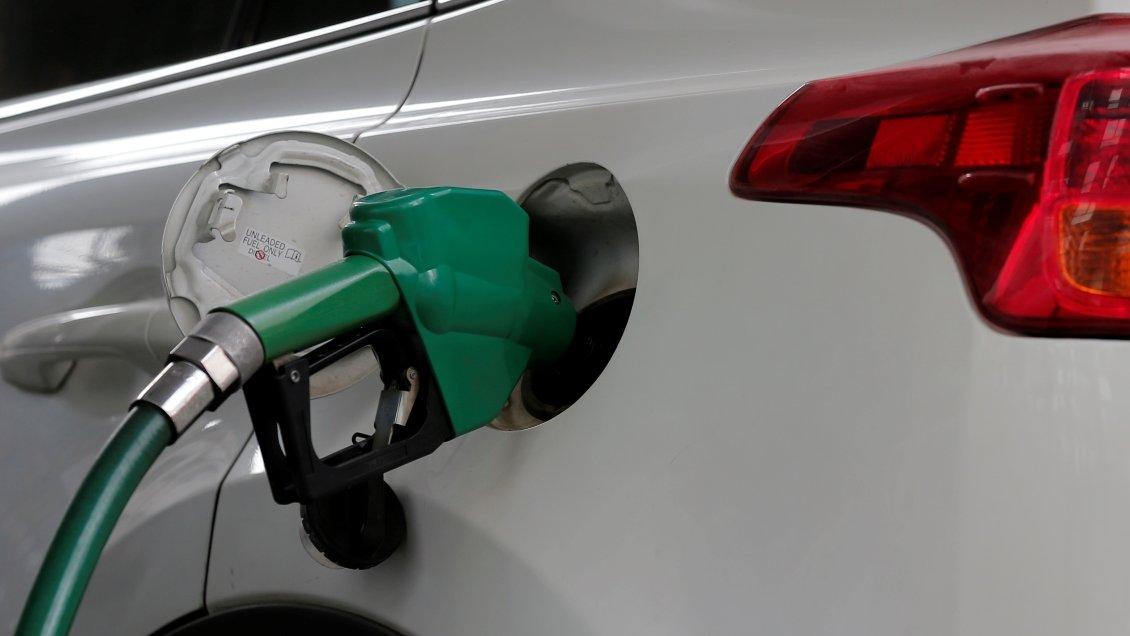 Bencinas suman alza por trigésima semana: Precio por litro ha subido 186 pesos en siete meses